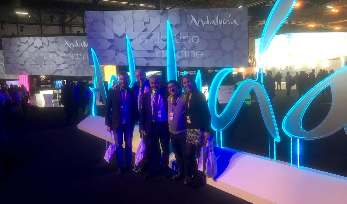 Integrantes de la delegación mengibareña junto con Juan García, técnico de turismo de Ayuntamiento Málaga, en el 'stand' de Andalucía.